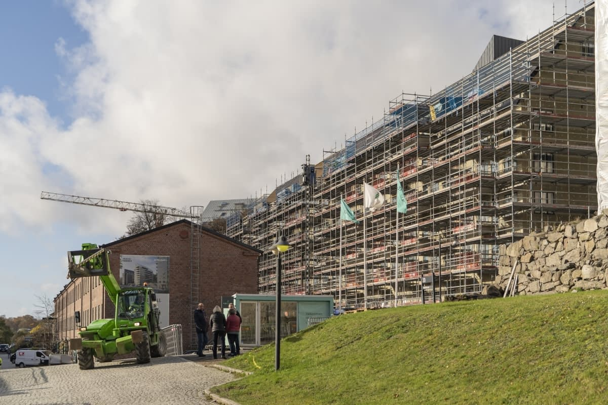 Det byggs många bostäder i området Mölnlycke fabriker. En del är klara och inflyttade, andra blir klara nästa år. Många är nyfikna på området och promenerar där.