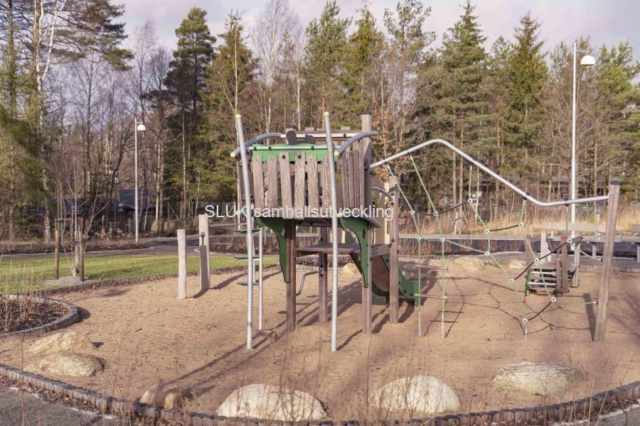 Barnen har fått en grön lekplats.