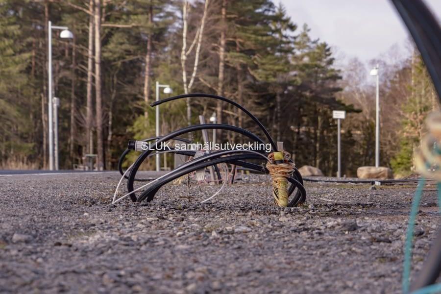 Elkablar sticker upp från marken.