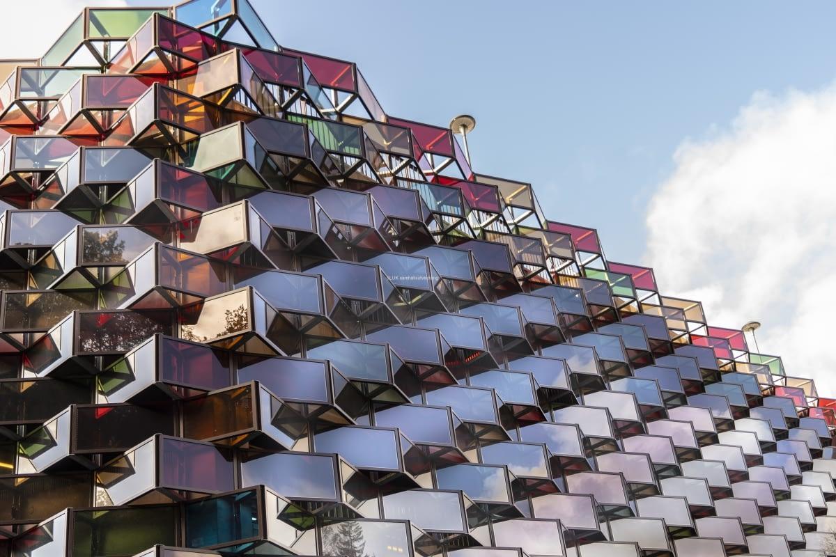 I Mölnlycke fabriker har man byggt ett häftigt parkeringshus. Fasaden är av glas i flera vinklar och det ger  ett vackert ljus som reflekterar.