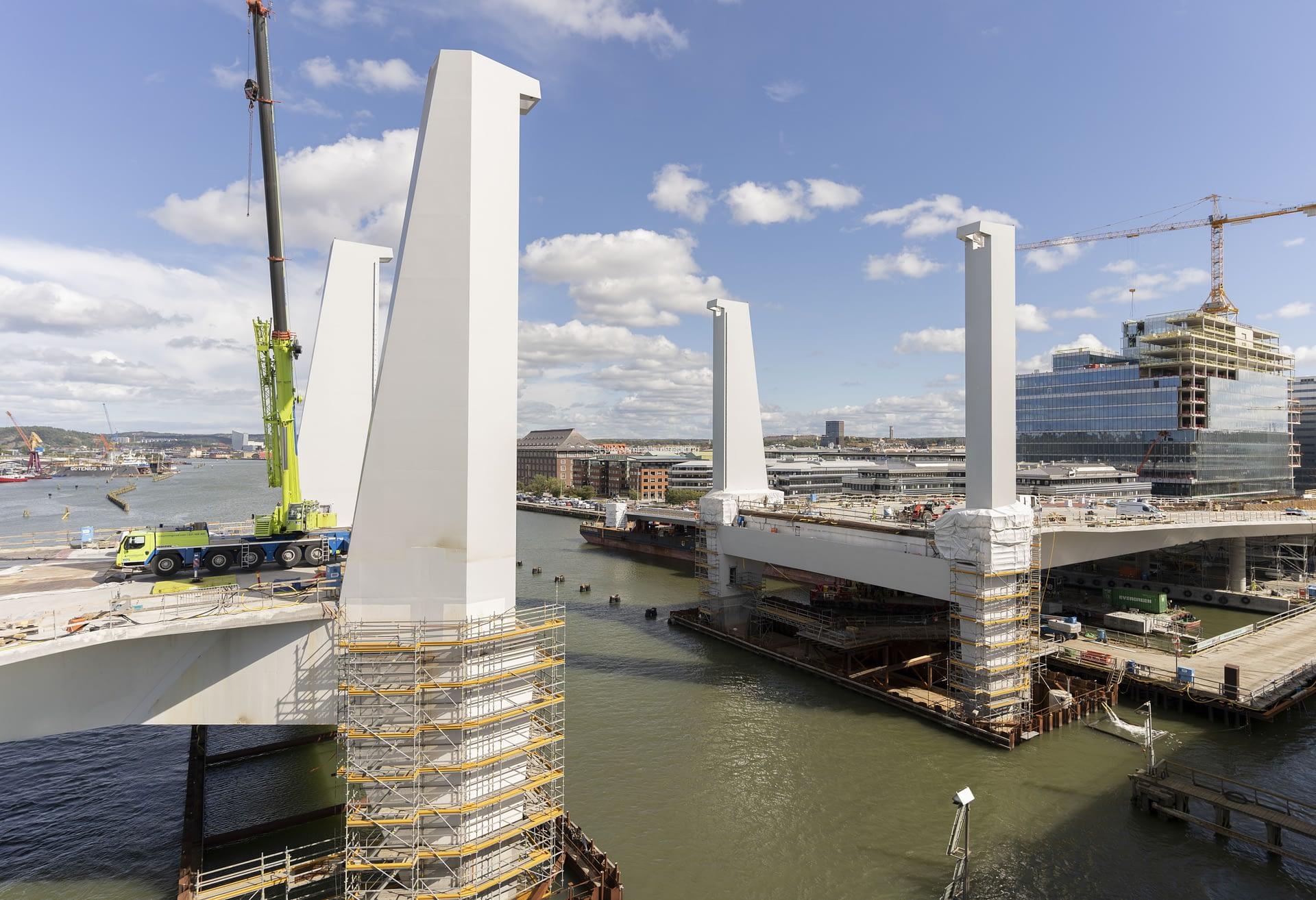 Bakom pylonerna ligger lyftbron, som snart kommer att monteras.