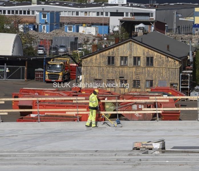 Förberedelse sker för asfalteringen på bron, delen på Hisingen.