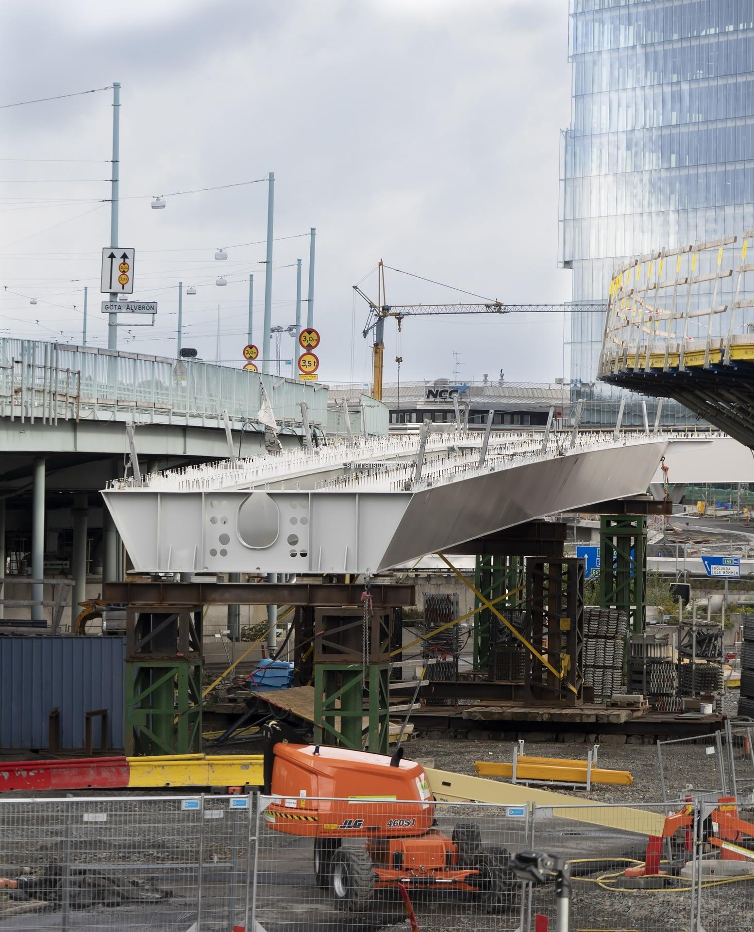 Den här delen av Hisingsbron kan man inte nog montera innan Götaälvbron har rivits.