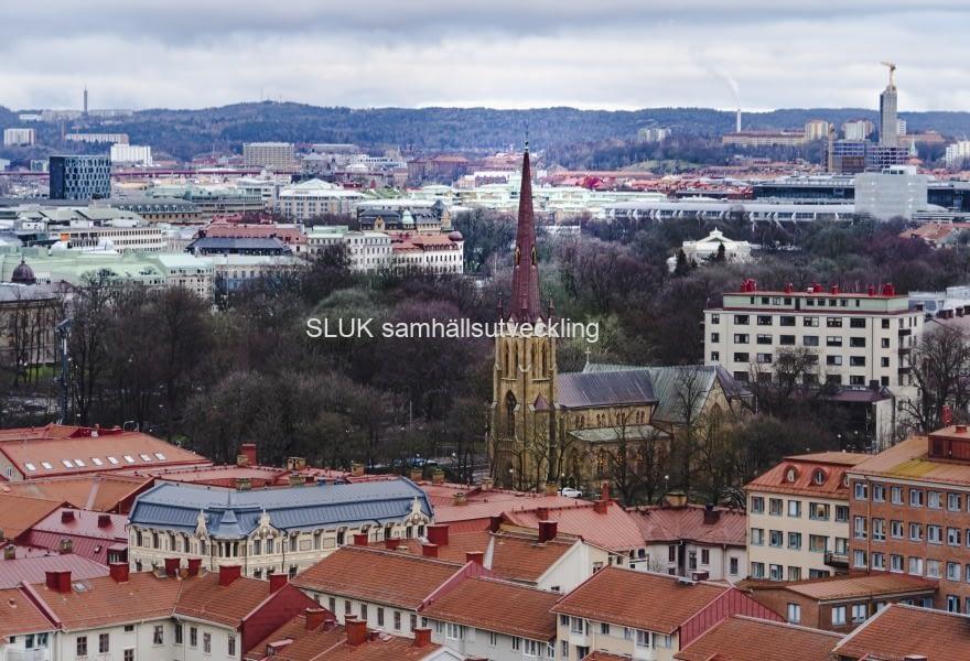 Hagakyrkan är mitt i bilden, strax intill där Haga station byggs.