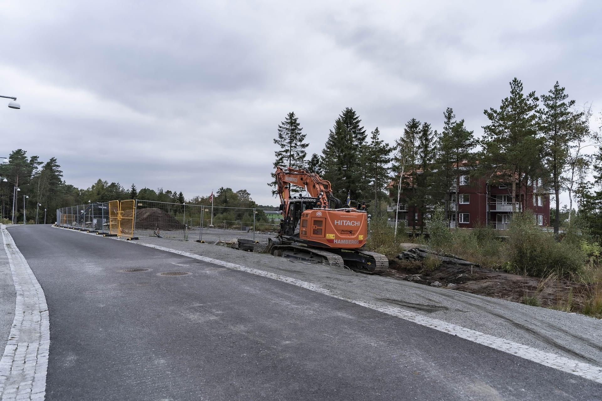 Ett nytt bostadsområde, Hossaberget växer upp, med totalt 240 bostäder. Tre byggföretag arbetar tillsammans, Partillebo, Stugor och Veidekke.