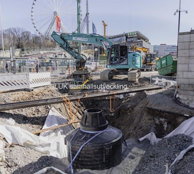 På Korsvägen pågår arbeten med att bygga en temporär bro för trafikanterna, den 20 mars.
