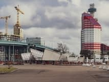Här ligger sidospannen i Frihamnen tills att de transporteras vidare för arbetena på Hisingsbron