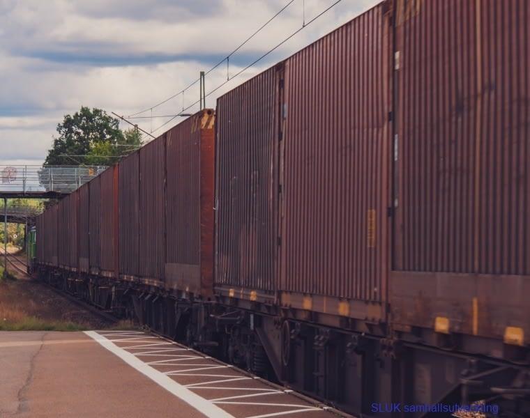 Godståg passerar på enkelspåret i Bollebygd