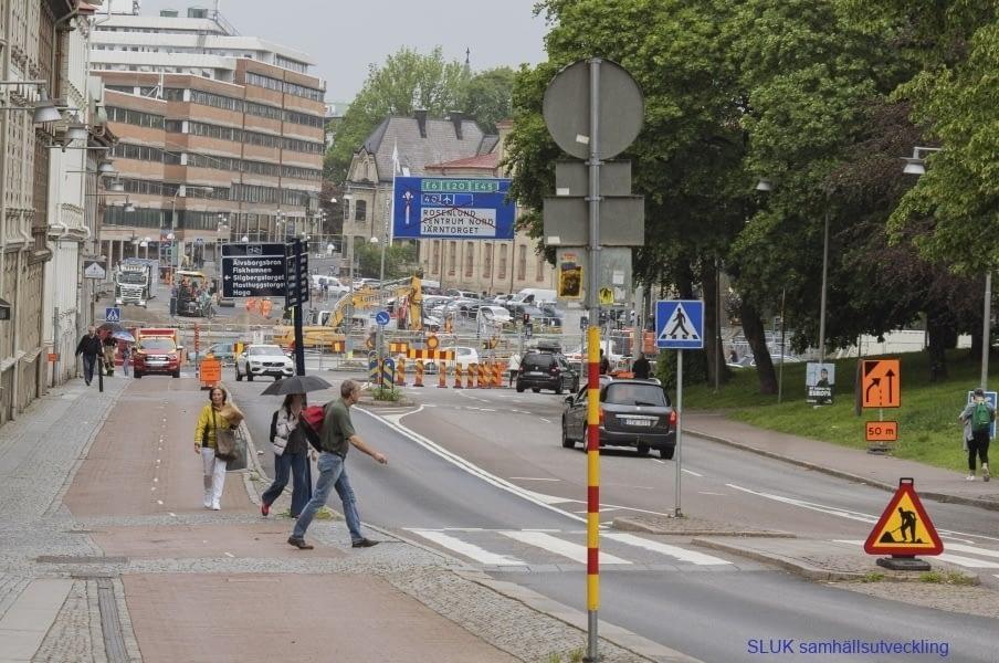 Överallt byggs det och det är besvärligt för bilisterna att ta sig fram. Det är ett fotografi från Aschebergsgatan