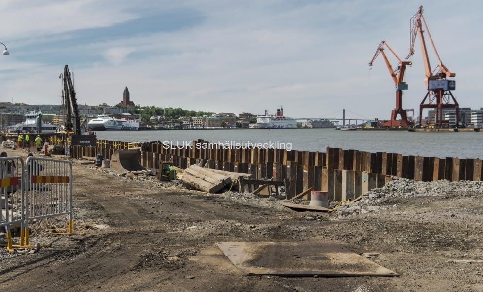 Upprustningen går ut på att byta ut träpålarna i grundläggningen mot nya pålar i stål samt byta ut den murade konstruktionen mot en i betong.