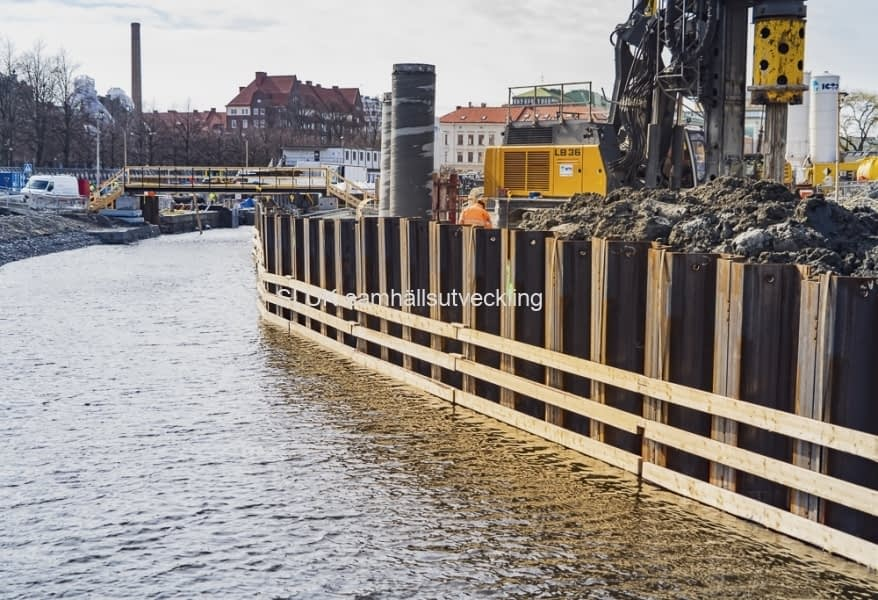 I bakgrunden kan man se den tillfälliga bron som är byggd för att jobbarna ska kunna ta sig över kanalen.
