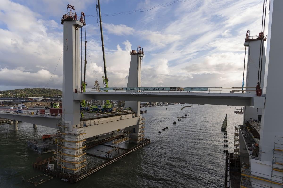 Morgonen är regnig och blåsig. Jag står på Götaälvbron och ser på när lyftspannet höjs upp successivt .