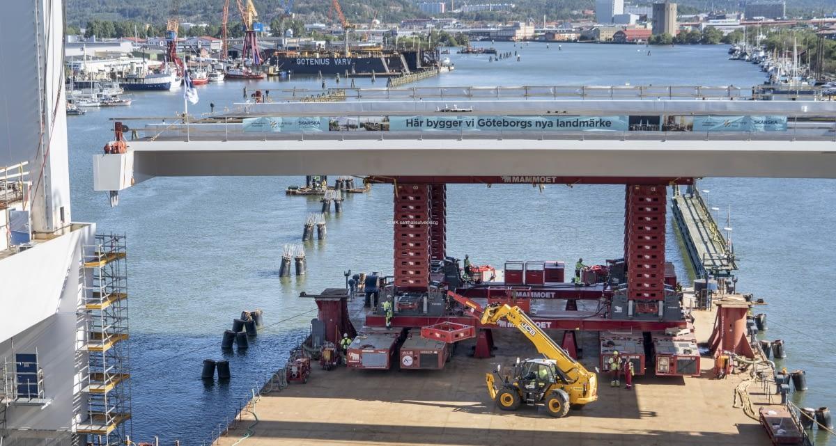 Lyftspannet kommer att hissas med multi wheeleers till en nivå högre än bron, så att den kan köras in i sin position.
