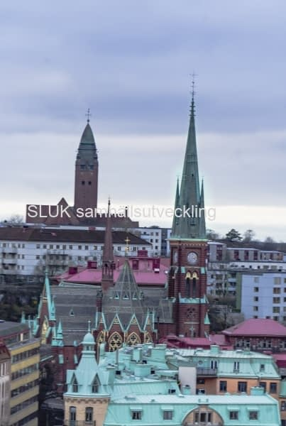Närmast i bild är Oscar Fredriks kyrka.