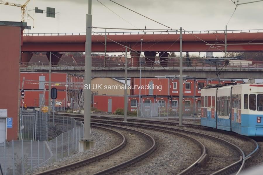 Från spårvagnshållplatsen i Gamlestaden kan man se arbetena under Röde Orm