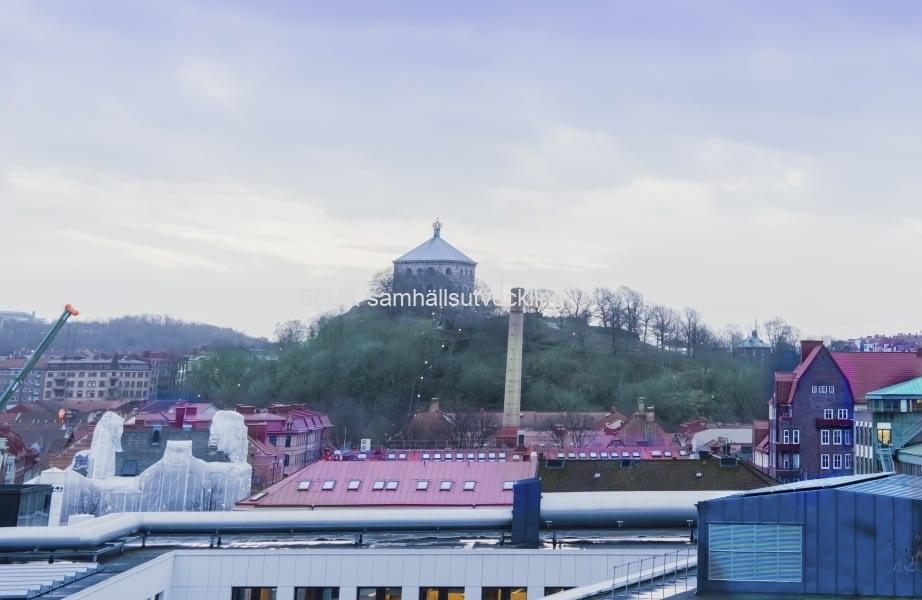 I Kungshöjd kan man se över takåsarna mot Skansen Kronan.