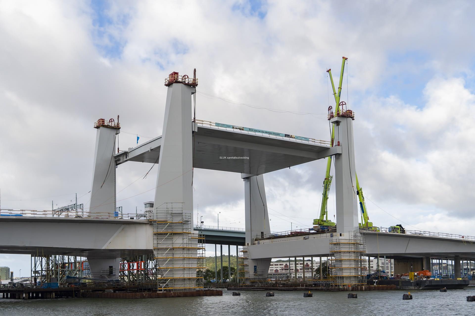 Från Gullbergskajen ser man det nya landmärket, Hisingsbron med upphöjt lyftspann. Strax efter kl.9 hade man vischan upp lyftspannet på öppningshöjden 28 meter. Lyftspannet kommer er nu stå i öppet läge under några veckor.