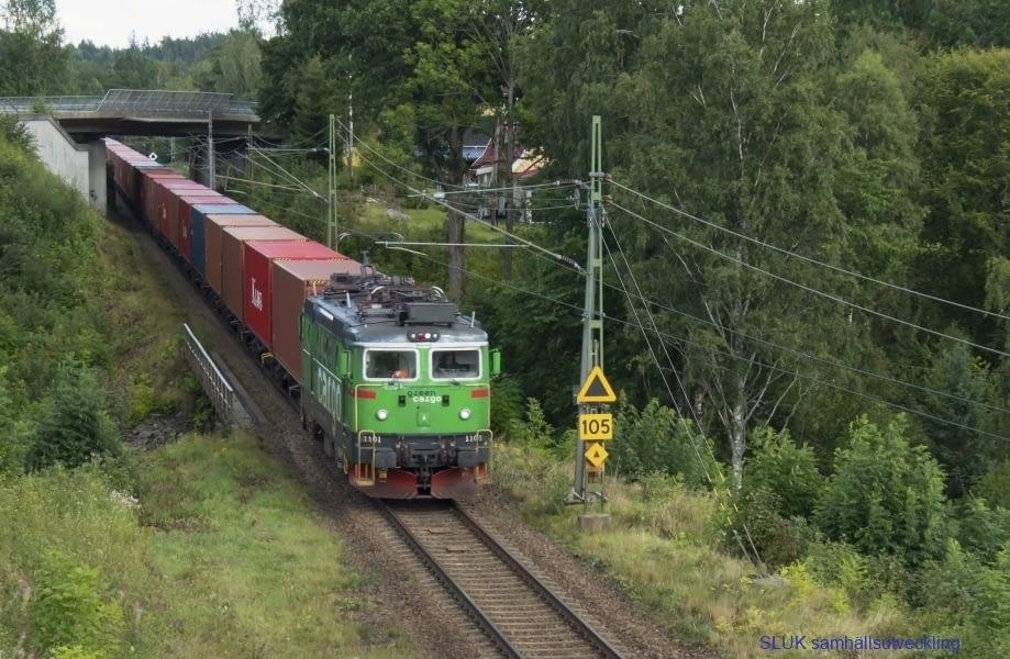 Godståg passerar Bollebygd mot Göteborgs hamn