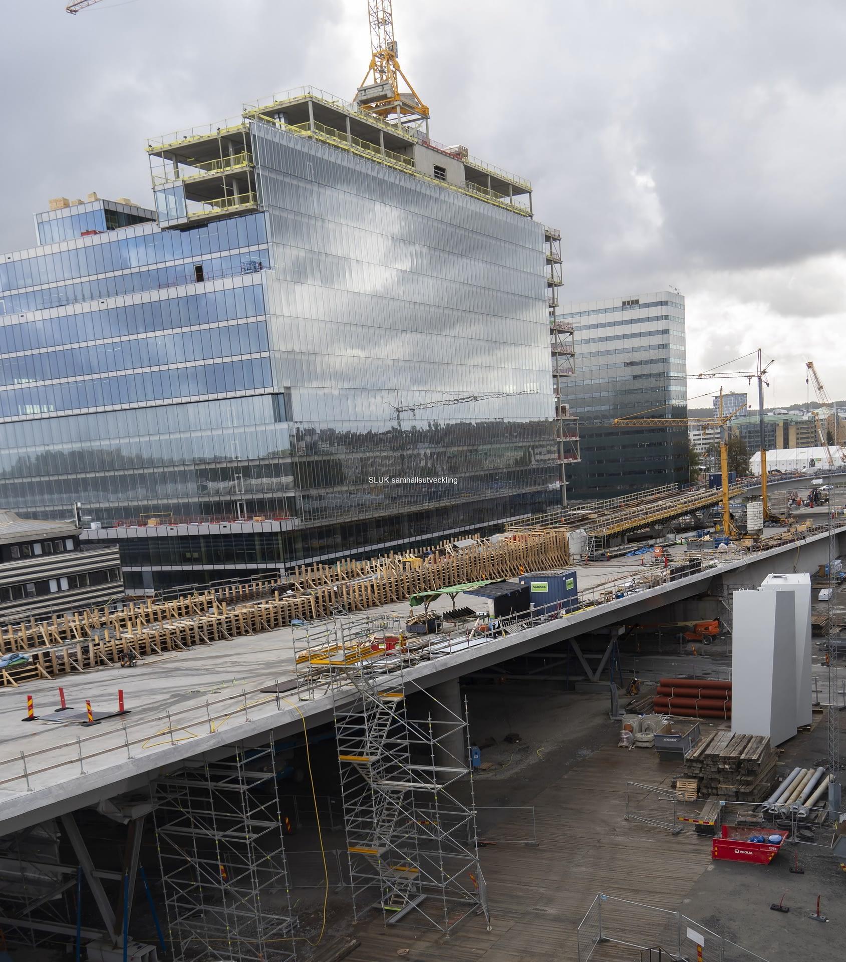 Det återstår mycket arbete innan Hisingsbron kan trafikeras.