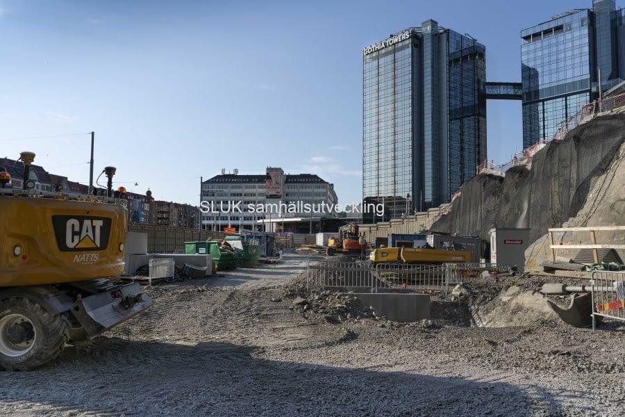 Här byggs det för den nya trafiken. Under marken fortgår byggnationen av Västlänken.