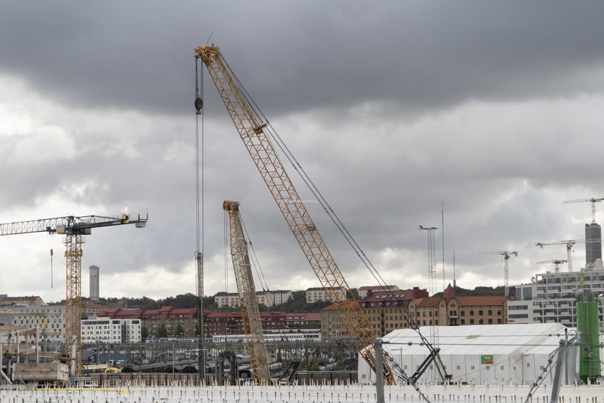 Bakom Hisingsbron, mot centralen pågår arbeten med Västlänken. I bakgrunden syns Lunden och Lundens vattentorn.