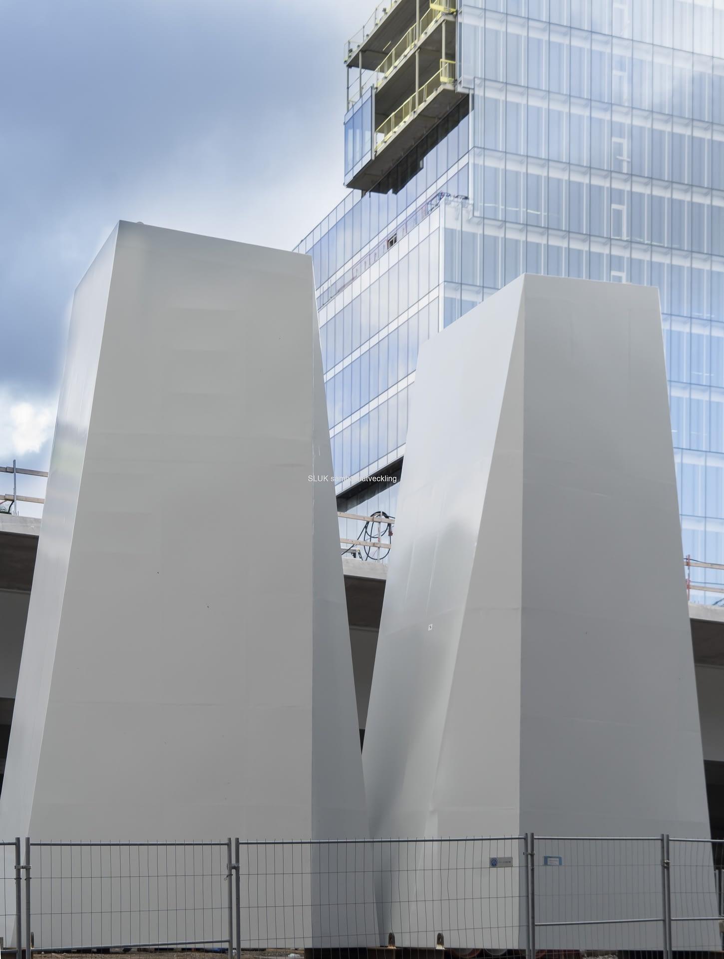 """Två """"topplock"""" till pylonerna under Götaälvbron."""