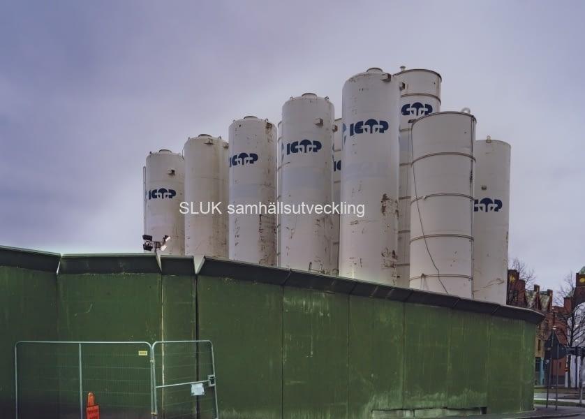 Under dessa behållare byggs Haga station. Undrar vad de innehåller, slam?
