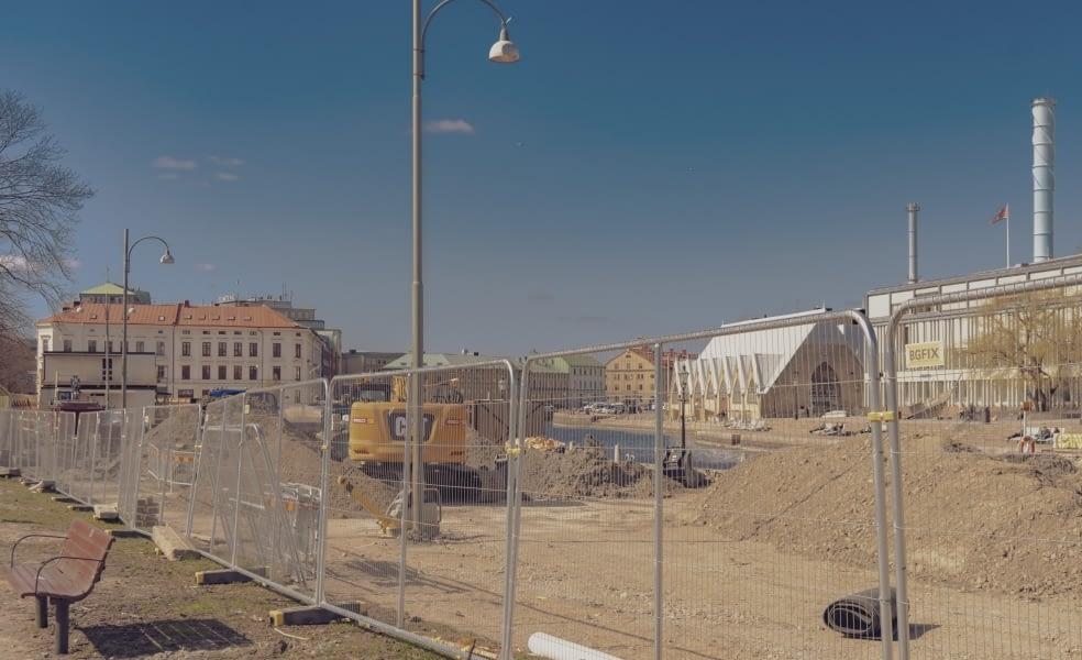 Området var tidigare parkeringar utmed Södra Allégatan, nära Hagakyrkan