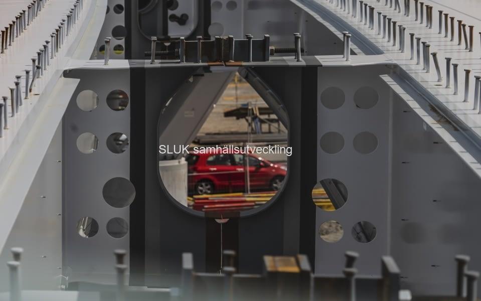 Man kan se trafiken på Gullbergsvass  under bron.
