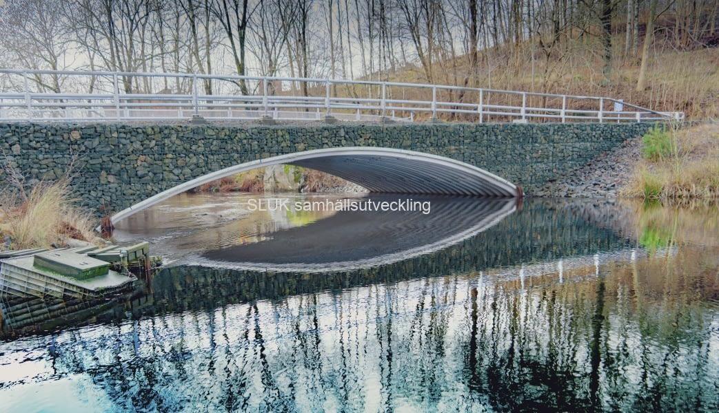Vattenspeglingar under gabionbron på Strandvägen, Långenäs
