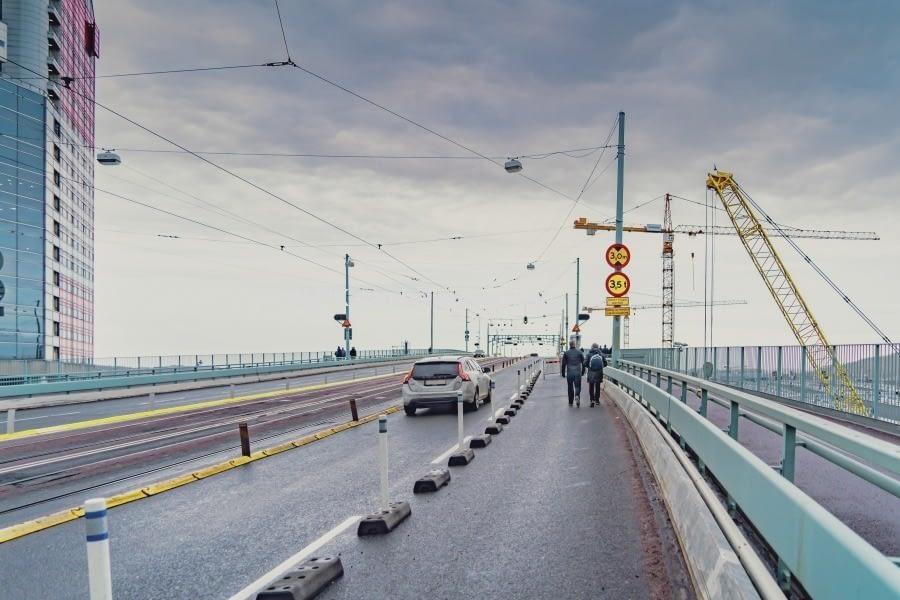 Gång- och cykelvägen är avstängd på Götaälvbron.  Därför används den högra vägfilen till detta ändamål.