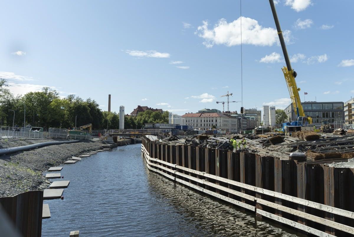 Kanalens västra sidan har täckts.