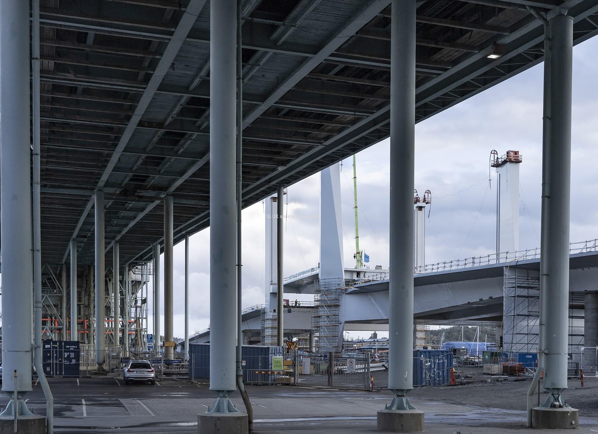 Kl. 7 började man att höja upp lyftspannet. Den här bilden är tagen kl. 7:30, underifrån Götaälvbron.