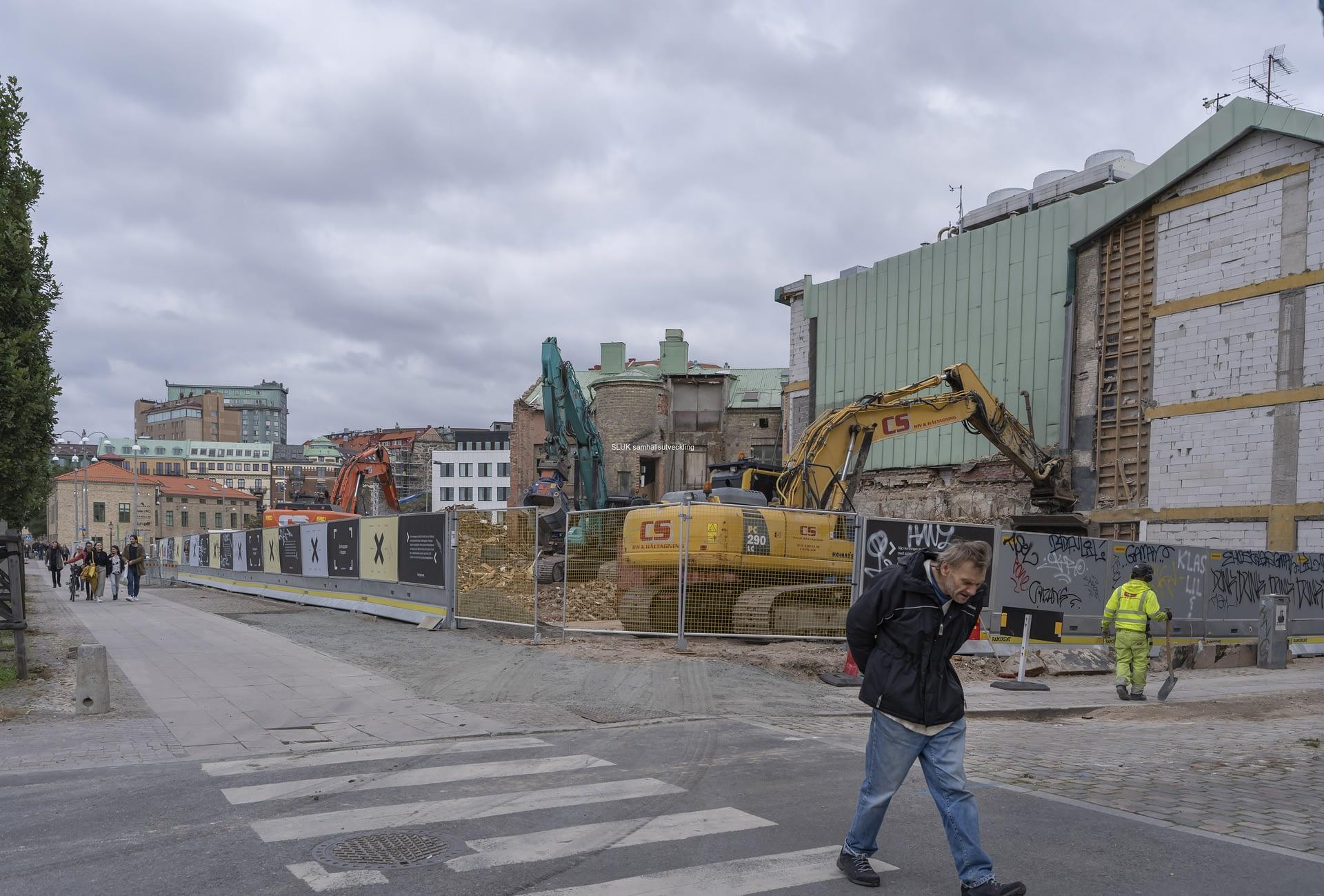 På Järntorget i kvarteret Röda Bryggan  pågår fortfarande rivning av fastigheten .
