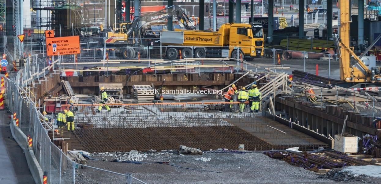 Det är  i början av mars, arbeten med Västlänken strax intill Götaälvbron.