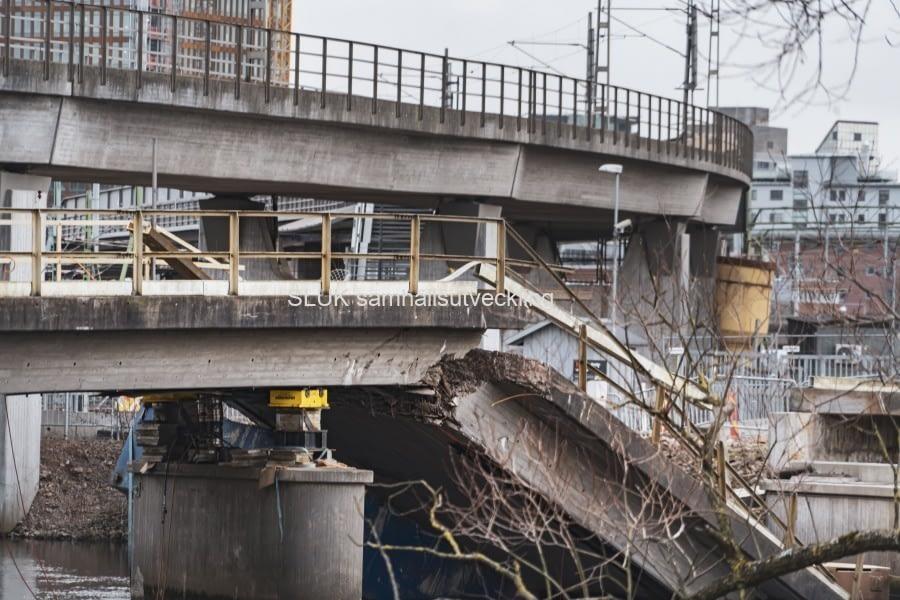 Närbild från februari på den gamla rivna bron.