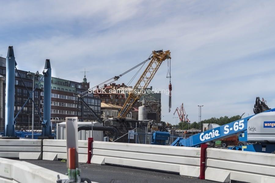 Bilden är tagen framför Operan och ovanför arbetena med Västlänken är Kvarnberget.