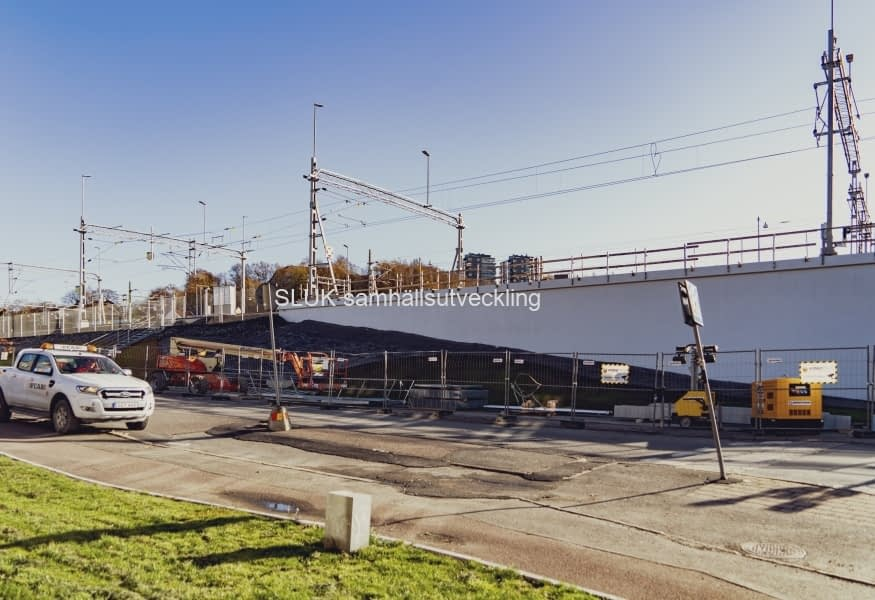 Fåfängans gångbro över E-20 är avstängd och arbeten pågår mot Gamlestaden