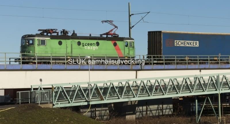 Godstågen passerar ofta mot hamnen vid Marieholm