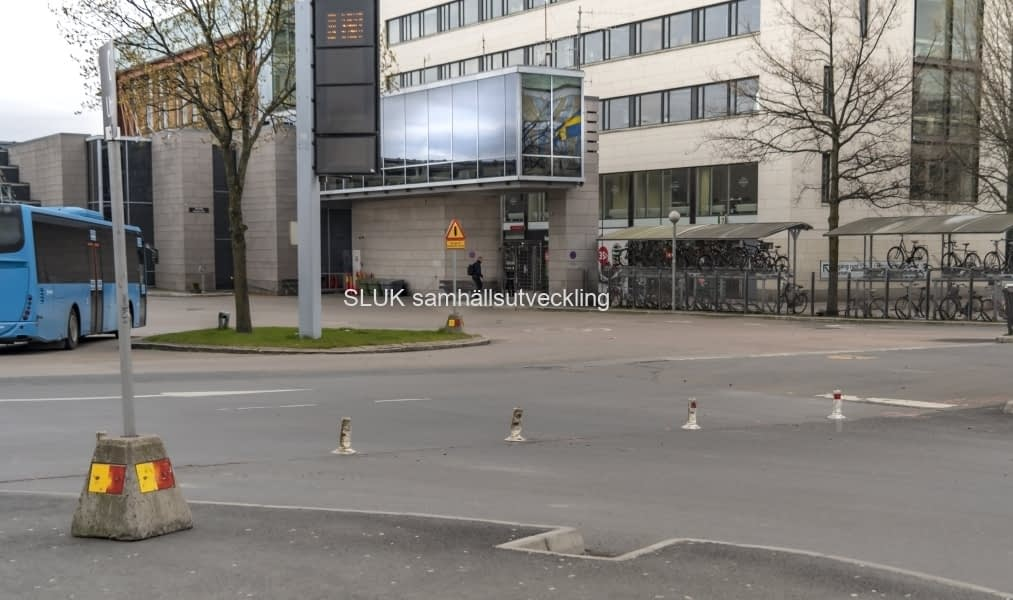 In- och utfarten till bussterminalen är stängd och bussarna kör in på kortsidan mot Gullbergsvass.