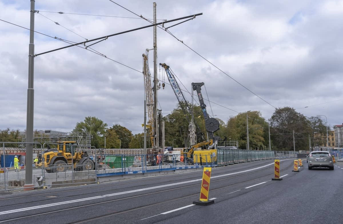 Spåren ligger här permanent och blir här även när Haga station är klar. På vänster sida om kyrkan pågår arbetena.