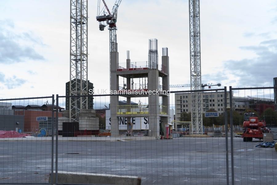 Ett betongfundament byggs.