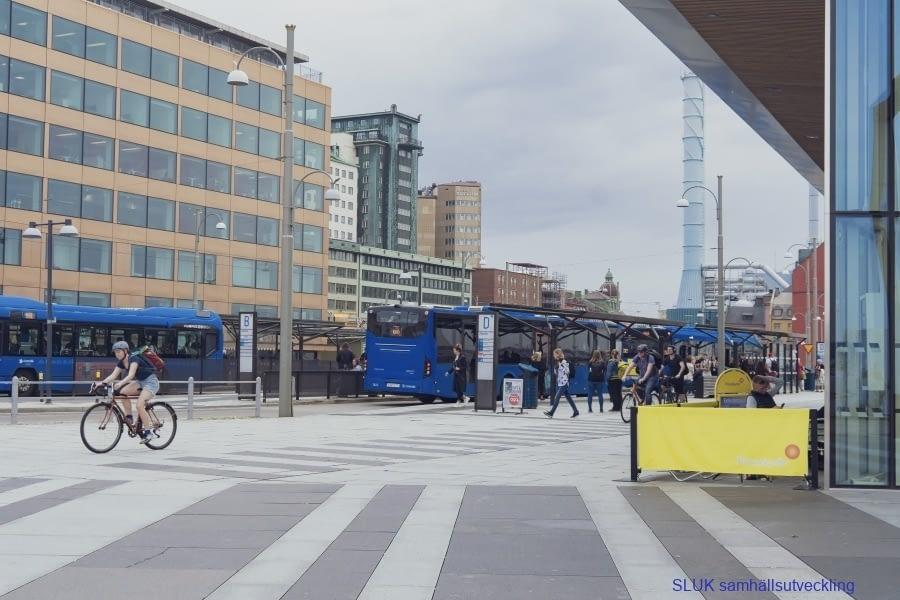 På Stenpiren samsas cyklisterna med kollektivtrafikresenärerna