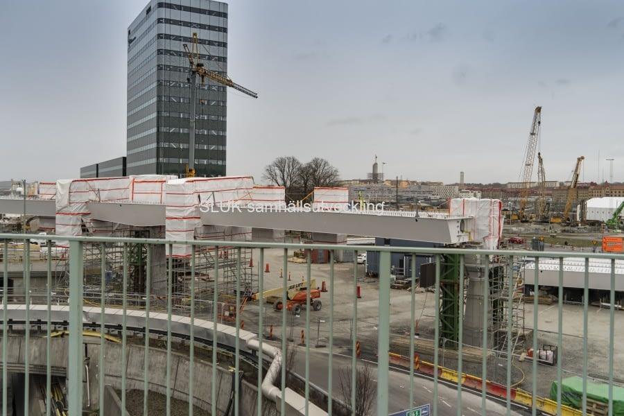 Alla delar på bron är ännu inte ihopsatta den 1 april. En vy mot Regionens Hus.
