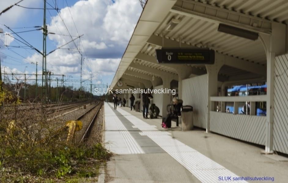 Arbete  påbörjades med vändspåret i Alingsås våren 2017. De två vändspåren för pendeltåg placerades mellan de spår som används för poserande tåg. Pendeltågsperrongen flyttads til andra sidan spåret.