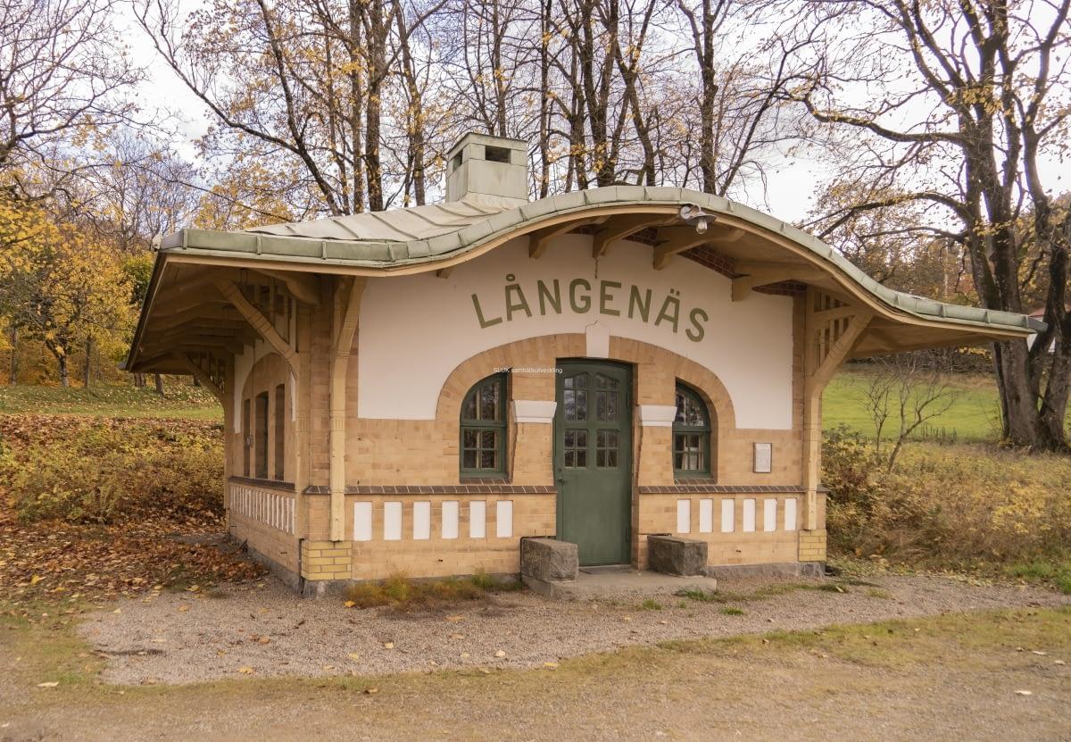 I Långenäs, utmed järnvägen från Mölnlycke mot Borås, finns fortfarande denna vackra vänthall. Den är inte längre i bruk, men används för fritidsaktiviteter av de närboende. Jag kikade in och såg ett pingisbord.
