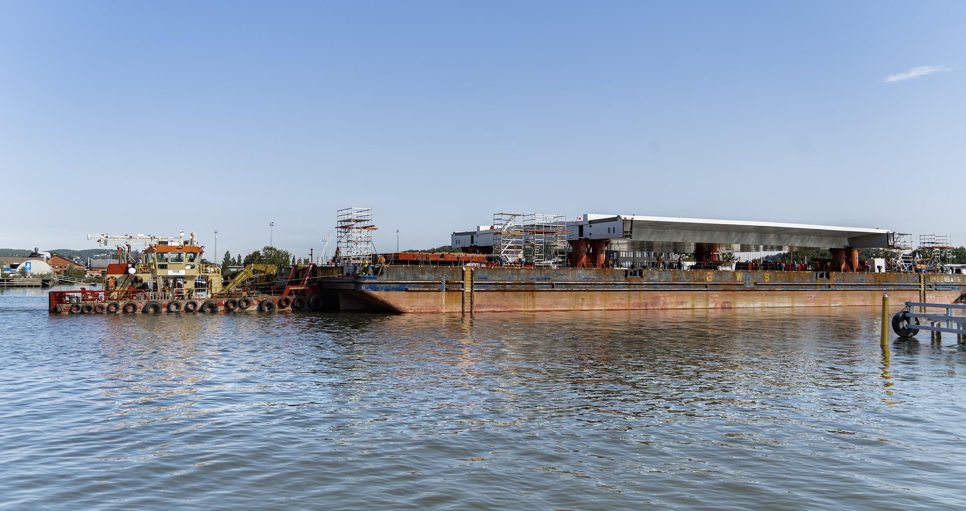 Under måndag den 10 augusti anlände pråmen med Lyftspannet_Hisingsbron till Gullbergsvass.