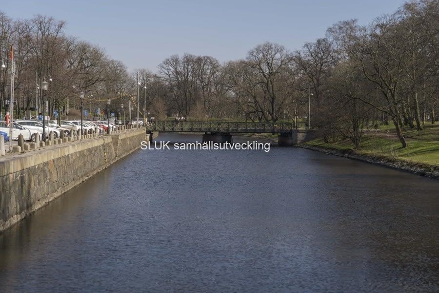 Det är soligt den 26 mars och det här är den andra sidan på kanalen mot staden.