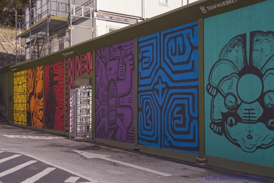 Utmed Södra vägen/Mölndalsvägen efter Världskulturmuseet pågår arbeten med västlänken och plank har målats av konstnärerna