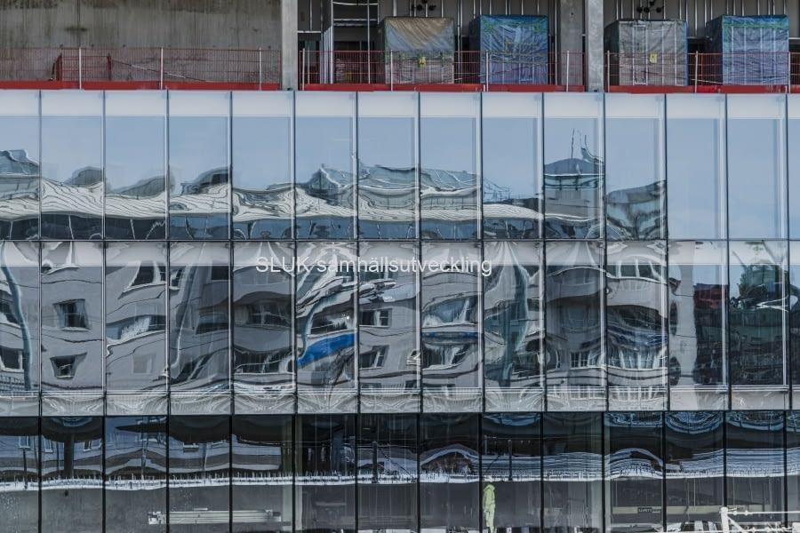 Det här är en spegelbild på den nya fastigheten, Kromet, som Vasakronan bygger bredvid den nya Hisingsbron. Fastigheten håller på att få en glasfasad. Speglingen visar delar av bron och Läppstiftet.